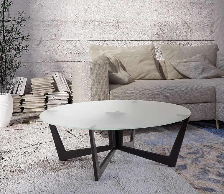 Tavolino da sala con piano in vetro bianco satinato in appoggio sulla struttura realizzata in legno
